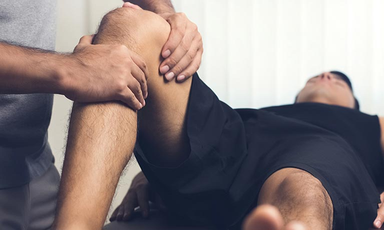 Man getting knee examination